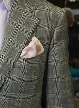 ポケットチーフにもなるマルチパッド
